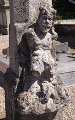 Cimetière - Français:   Balléville - Croix de cimetière - Tronc au bas du fut