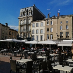 Maison - Français:   Photographie de la place des Vosges à Épinal (Vosges, France) en 2020 avec terrasses au premier plan et bâtiments au second.