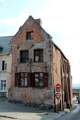 Maison - Français:   Ancienne maison classée (XVIIe siècle), sise au n° 12 de la Grand' Place à Cassel (département du Nord, France).