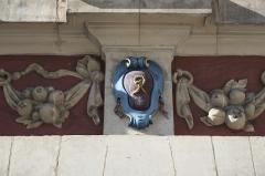 Maison - Deutsch: Relief an einer Hausfassade in Lille im Département Nord (Hauts-de-France/Frankreich)
