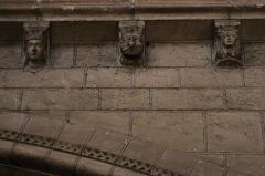 Cathédrale Saint-Maurice - Costale sud de la nef de la cathédrale Saint-Maurice d'Angers (49). 3ème travée (d'est en ouest). Modillons.