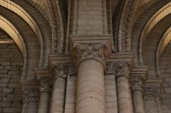 Cathédrale Saint-Maurice - Costale nord de la nef de la cathédrale Saint-Maurice d'Angers (49). Pilastre entre les 2ème et 3ème travées (d'est en ouest). Chapiteaux.