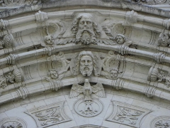Eglise Notre-Dame - Extérieur de l'église Notre-Dame de Beaufort-en-Vallée (49). Façade occidentale. Détail sculpté. La Trinité