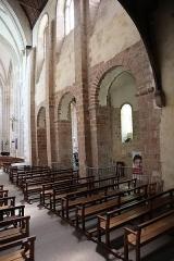 Abbaye bénédictine Notre-Dame d'Evron devenue Couvent de la Charité d'Evron - Français:   Intérieur de la basilique Notre-Dame de l\'Épine d\'Évron (53). Costale sud de la nef et collatéral adjacent.