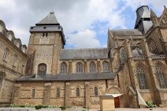 Abbaye bénédictine Notre-Dame d'Evron devenue Couvent de la Charité d'Evron - Extérieur de la basilique Notre-Dame de l'Épine d'Évron (53). Vue méridionale. Tour-clocher et nef.