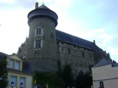 Château Vieux - Le Château vieux de Laval, Mayenne. La façade orientale vue des quais de la Mayenne.