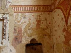 Eglise paroissiale Notre-Dame - Français:   Fresques ornant le mur est de la chapelle Sainte-Anne de l\'église Notre-Dame de Cossé-en-Champagne (53). Saint-Aubin et sainte au dragon.