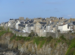 Enceinte de la Haute-Ville - English:   Sight, in the evening, of the northern cliffs of Pointe du Roc Cape and the high town of Granville, in Normandy, France.