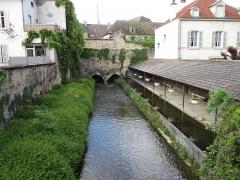 Fortifications - Français:   Ancien lavoir Saint Jacques de 1887 des remparts de Beaune sur la Bouzaise (rivière)
