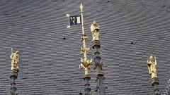 Hôtel-Dieu ou Hospices civils de Beaune - Français:   Façade de l\'Hôtel-Dieu de Beaune, Yonne Statue au dessus du proche d\'entrée