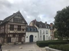 Maison de bois ou maison du bailli - Français:   Joigny, place Saint-Jean avec la maison du Bailliage.