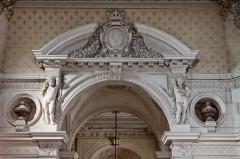 Domaine de Chantilly (parc également sur communes d'Avrilly-Saint-Léonard et Vineuil-Saint-Firmin) -  Une vue de l'intérieur du château de Chantilly.