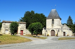Château - Français:   Château, portail côté sud, et église Notre-Dame, vue depuis le sud-ouest.