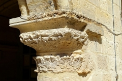 Ancien évéché et chapelle - Ancien palais épiscopal (palais de Justice), cloître, chapiteau au début des grandes arcades, côté est.