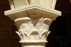 Ancien évéché et chapelle - Ancien palais épiscopal (palais de Justice), cloître, chapiteau du 1er pilier intermédiaire des grandes arcades, en commençant par l'est.