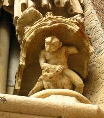 Cathédrale Notre-Dame - Français:   Support de statue en forme de diablotin; portail de droite de la cathédrale d\'Amiens