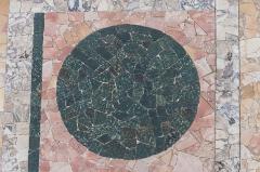 Site archéologique de Fourvière - Odéon antique dans le 5e arrondissement de Lyon: pavement de l'orchestra, détail: cercle de porphyre vert de Grèce entouré de marbre rose de Carrare.