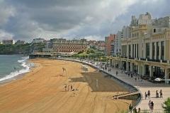 Hôtel du Palais - Deutsch: Biarritz, Pyrénées-Atlantiques:  Promenade von La Grande Plage, im Hintergrund das Hotel du Palais (früher Residenz der Kaiserin Eugénie). Wegen der riesigen Wellen ist der Strand auch beliebt bei den Surfern.