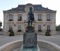 Statue de Napoléon et Hôtel de ville - Deutsch: Hôtel de Ville in Brienne-le-Château, (France) mit Kinderstatue von Napoleon Bonaparte