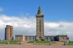 Phares du Cap Fréhel - Deutsch: Leuchtturm am Cap Fréhel. Das Cap Fréhel liegt an der Côte d'Émeraude an der Bretagne-Nordküste. Das Kap ragt 70 Meter aus dem Meer.