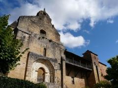 Château des Evêques et ancien cimetière - La façade sud-ouest de l'église et du château des Évêques de Périgueux, Plazac, Dordogne, France.