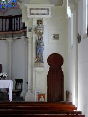 Chapelle Sainte-Marie-du-Cap - Chapelle Sainte-Marie-du-Cap, chapelle de la Villa Algérienne à Lège-Cap-Ferret (33). Intérieur. Partie droite du chœur et statue de la Vierge à l'Enfant.