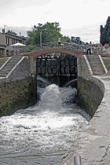 Canal du Midi : écluses de Fonsérannes -  Lock No. 5 during the impoundment of the impoundment basin at Lock No. 4, from which the photo was taken.