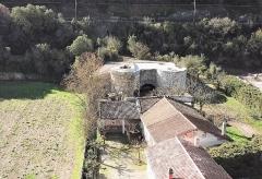 Ancienne usine de chaux - Français:   L\'usine comprend l\'écurie (actuelle maison d\'habitation), la bluterie (lieu où l\'on traitait la chaux, le bâtiment des 4 fours, le tunnel vers la carrière et la carrière
