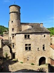 Maison du Bailli ou «manoir Toulouse-Lautrec» à Boussagues - Français:   Ce manoir a été construit en plusieurs étapes: élément de rempart XII°/XIV°)en face nord, tour du XV° avec escalier monolithe desservant les étages, face sud arrondie XVI°, partie haute de la tour (XVII°) contenant un pigeonnier médiéval de 172 alvéoles. Toiture en \
