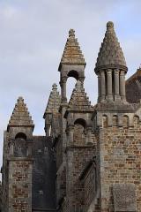 Eglise de la Sainte-Trinité-Notre-Dame - Français:   Extérieur de l\'église Sainte-Trinité de Tinténiac (35). Pinacles sud de l\'édifice.