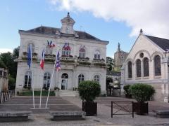 Eglise paroissiale Notre-Dame - Français:   Montbazon (Indre-et-Loire) la Mairie, avec un aperçu de l\'église et du donjon