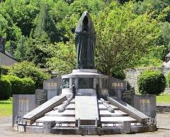 Monument aux morts - Français:   Monument aux morts de Campan (Hautes-Pyrénées)
