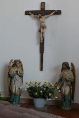 Eglise catholique Saint-Etienne -  Alsace, Bas-Rhin, Seltz, Église Saint-Étienne (PA67000069, IA67007467): Statues d\'anges et Christ en croix.