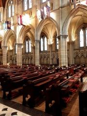 Cathédrale américaine de Paris - Intérieur de la cathédrale américaine de la Sainte-Trinité de Paris (75008). Élévation nord de la nef et collatéral attenant.