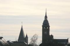 Hôtel de ville -  Montdidier (Somme, France) -  2 des 3 clochers (des 2 églises et de l'hôtel-de-ville) aperçus depuis le côté de l'Esplanade du Prieuré.  A gauche, se dresse le clocher de l'église du Saint-Sépulcre et le beffroi de l'Hôtel-de-ville est à droite.   .
