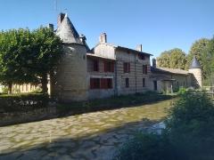 Château de Braux - Français:   Un angle de l\'enceinte du château de Braux-Sainte-Cohière, vu depuis l\'extérieur, avec ses petites tours aux angles et les douves qui l\'entourent.