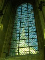 Ancien archevêché, actuellement Palais du Tau - Français:   Flèche de la cathédrale à travers les vitraux de la chapelle haute du Palais du Tau à Reims (Marne, France)