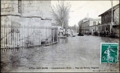 Eglise Saint-Germain - Français cadien:  Vue de l'Avenue Paul Vaillant Couturier lors de l'innondation de 1910 depuis l'Eglise de  Vitry sur Seine