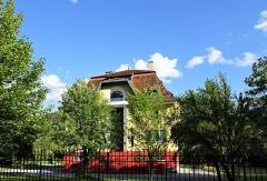 Villa Bleue - Français:   Une des nombreuses Villas Mexicaines de la vallée de L\'Ubaye construite par des émigrés revenus enrichis du Mexique. Aujourd\'hui la Villa n\'a de bleu que le nom!