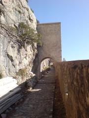 Château -  Chemin d'accès vers la citadelle d'Entrevaux - Portes successives de défense