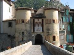 Château - English:  Entrée de la ville d'Entrevaux (06).