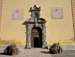 Eglise Saint-Nicolas-de-Myre - Français:   Église baroque construite vers 1686. Cadrans solaire sur la façade de l\'église Saint Nicolas de Myre.