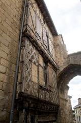 Porte, dite de la Cadène, et maison à pans de bois attenante - Français:   Porte de la Cadène