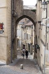 Porte, dite de la Cadène, et maison à pans de bois attenante - Français:   Une des entrées vers l\'intérieur de la ville