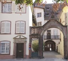 Maison - Français:   Maison Billex au premier-plan et Maison de Saint-Lo au second, à Sélestat (Bas-Rhin, France). façades sur rue et sur cour, toiture