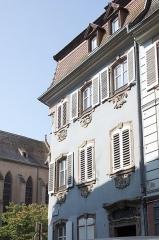 Maison - Français:   Maison au 1 rue des Serruriers à Sélestat (Bas-Rhin, France). façades, toiture Maison construite en 1770, avec décor sculpté forme de motifs rocailles sous chaque fenêtre.