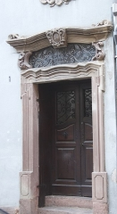 Maison - Français:   Maison au 1 rue des Serruriers à Sélestat (Bas-Rhin, France). façades, toiture date de 1770 inscrite dans la ferronnerie