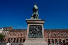 Bâtiment de l'Aubette - English:  The Statue of Jean-Baptiste Kléber on Place Kléber in Strasbourg, behind it is the Aubette.