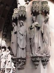Eglise protestante Saint-Pierre-le-Jeune -  Alsace, Bas-Rhin, Église protestante Saint-Pierre-le-Jeune de Strasbourg (PA00085030). Portail principal: 2 âges de la vie (homme adulte, vieille femme); allégorie