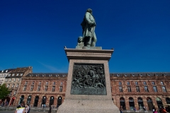 Monument du général Kléber - English:  The Statue of Jean-Baptiste Kléber on Place Kléber in Strasbourg, behind it is the Aubette.